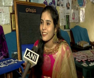 हैदराबाद: लॉ स्टूडेंट ने चावल के 4042 दानों पर लिखी भगवद्गीता, जानिए कितना लगा समय