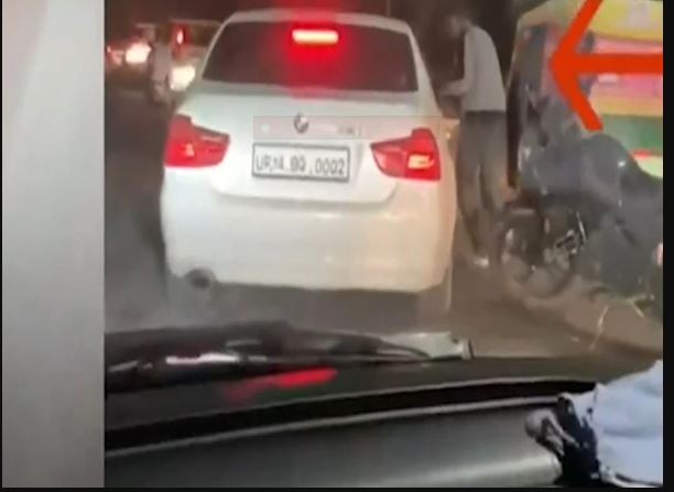 In Yogi government, there is open fire on the road, young men narrowly escaped, watch video
