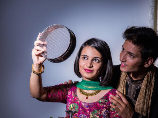 करवाचौथ कथा: छननी से ही पति का चेहरा देख व्रत क्यों तोड़ती हैं महिलाएं? जानिए कारण